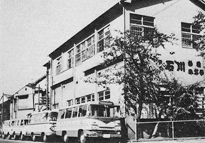 講堂とバス
